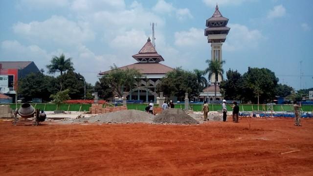 Tanah merah yang digunakan untuk menguruk permukaan bagian tengah Alun-alun Rembang dan mengundang pertanyaan dari DPRD. (Foto: Pujianto)