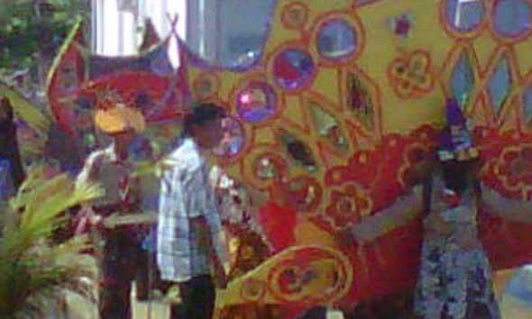 Salah satu kostum fantasi batik lasem yang akan dipertontonkan pada Karnaval Batik Lasem, Minggu (12/10/2014). (Foto:Pujianto)