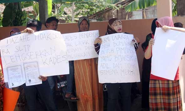 Warga Bonang Gagal Segel Kantor Desa Tuntut Kades Dicopot