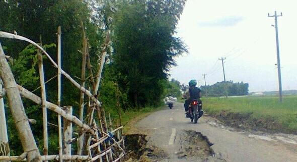 Jalan longsor Nganguk-Pentil. (Foto:Pujianto)