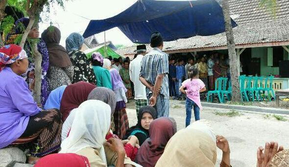 Suasana di rumah duka keluarga Muhtarom, TKI yang meninggal dunia di Malaysia, di Dusun Pundong Desa Sidomulyo Kecamatan Sedan, Minggu (19/10/2014) pagi. (Foto: Pujianto)