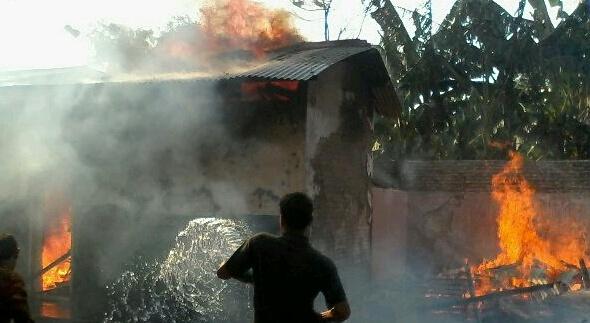 Gudang kayu bekas di Sekolah Dasar Negeri (SDN) Pandangan Wetan 1 Kecamatan Kragan, Senin (27/10/2014) sekitar pukul 15.00 WIB, terbakar. (Foto:Rif)