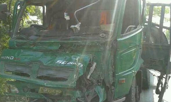 Truk tronton ban dobel yang terlibat kecelakaan karambol di Jalan Pantura Banyudono Kaliori, Selasa (28/10/2014) sekitar pukul 05.30 WIB. (Foto: Pujianto)