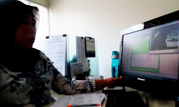 Kasubag Pemasaran dan Penagihan PDAM Rembang Sri Wahyuni saat mengecek perhitungan pembayaran rekening salah satu pelanggan, baru-baru ini. (Foto: Pujianto)