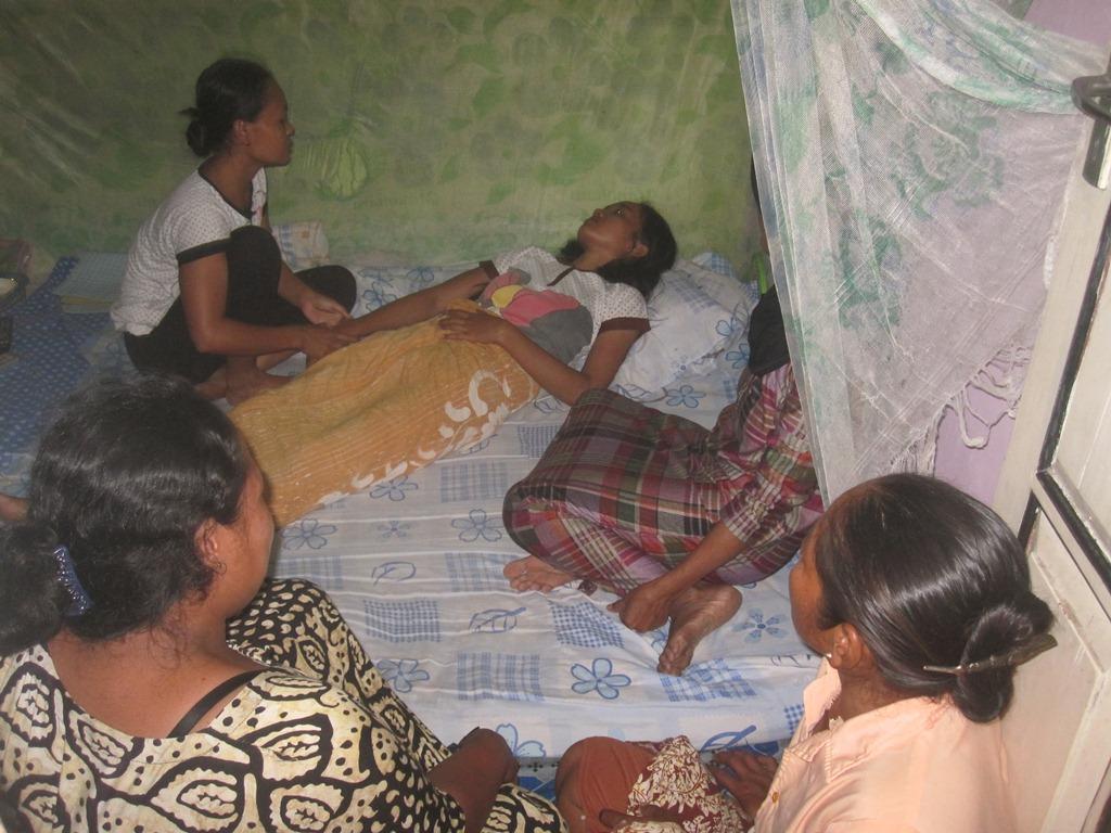 Korban gendam, Niswah tergeletak lemas di rumahnya di Desa Tanjungan Kecamatan Kragan, Jumat (14/11/2014) pagi. (Foto: Pujianto)