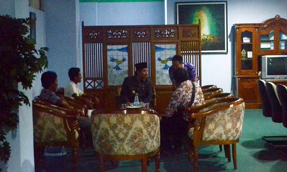 Plt Bupati Rembang Abdul Hafidz saat menemui empat orang warga dari wilayah Kecamatan Gunem sebelum pertemuan tertutup di Ruang Rapat Wakil Bupati, Kamis (13/11/2014). (Foto Pujianto)