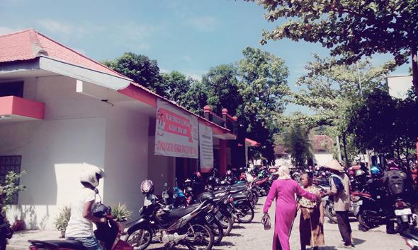 Suasana Kantor Pos Rembang pada penyaluran PSKS, Selasa (25/11/2014) pagi. (Foto: Pujianto)