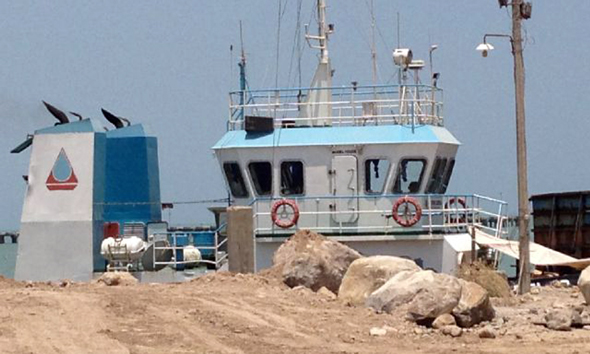 Kapal tongkang sedang memuat material tambang di kawasan Pelabuhan Tanjung Bonang, akhir Oktober 2014. (Foto: Pujianto)