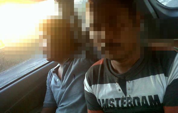 Pelaku pembawa satu paket sabu-sabu yang ditangkap di tepi Jalan Rembang-Blora, Suyono (kanan), saat akan diamankan ke Mapolres Rembang, Selasa (4/11/2014) pagi. (Foto: Pujianto)