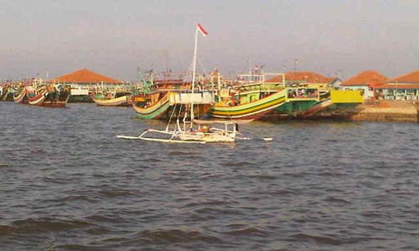 Perahu tradisional sandeg Mandar yang dilayarkan oleh Fino (26), warga Flores NTT ketika singgah di Pelabuhan Tasikagung, Rabu (18/11/2014) sore. (Foto Pujianto)