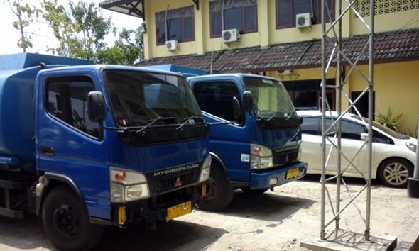 Dua unit truk tangki pengangkut solar diduga ilegal yang diamankan di Mapolres Rembang, Senin (17/11/2014) pagi. (Foto:Pujianto)