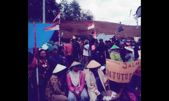 Ibu-ibu memilih bertahan untuk memblokir akses menuju tapak pabrik milik PT Semen Indonesia (Persero) Tbk di wilayah hutan Kadiwono Kecamatan Bulu hingga sekitar pukul 12.00 WIB, Rabu (26/11/2014). (Foto:Pujianto)