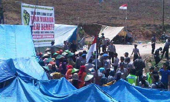 Polisi bersitegang dengan warga penolak pabrik semen yang memblokir lagi jalan masuk ke tapak pabrik milik PT Semen Indonesia (Persero) Tbk, Kamis (27/11/2014). (Foto: Pujianto)