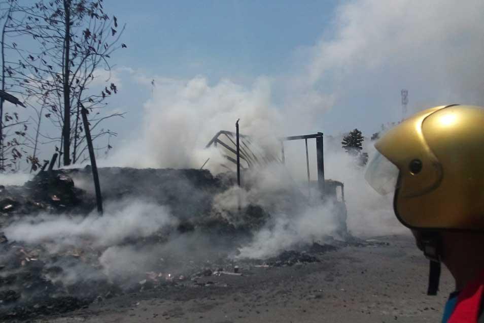 Truk tronton boks bermuatan 13 ton wafer yang ludes terbakar saat diparkir di tepi Jalan Lasem-Jatirogo, tepatnya di kawasan bong atau pekuburan China, wilayah Desa Pohlandak Kecamatan Pancur pada Senin (3/11/2014) sekitar pukul 11.30 WIB. (Foto: Pujianto)