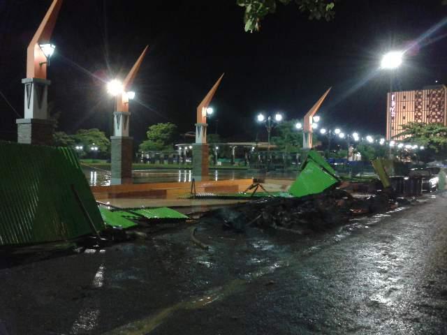 Pagar berbahan seng pembatas proyek penataan Alun-alun Rembang, roboh diterjang angin kencang, Sabtu (27/12/2014) petang. (Foto: mataairradio.com)