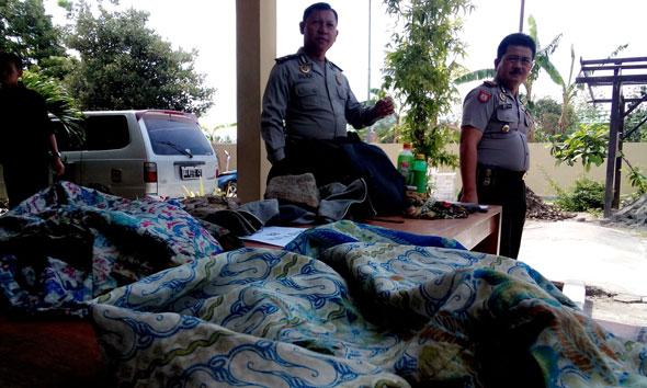 CAPTION FOTO Barang bukti yang diamankan polisi dari lokasi kejadian dan dari tersangka pembunuh Rukmini, termasuk dua botol minuman teh dalam kemasan yang telah dicampur racun tikus, saat digelar di Mapolres Rembang, Selasa (9/12/2014). (Foto: Pujianto)