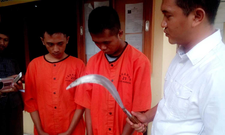 Dua orang tersangka perampasan berikut celurit yang digunakan sebagai sarana kejahatan, ditunjukkan oleh Kasatreskrim Polres Rembang Iptu Eko Adi Pramono, Kamis (4/12/2014) pagi. (Foto: Pujianto)