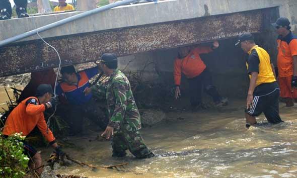 Tim Siaga Bencana Bersih-Bersih Sungai