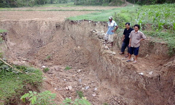 Longsor, Amblaskan Lahan dan Jalan Pertanian di Tanjung