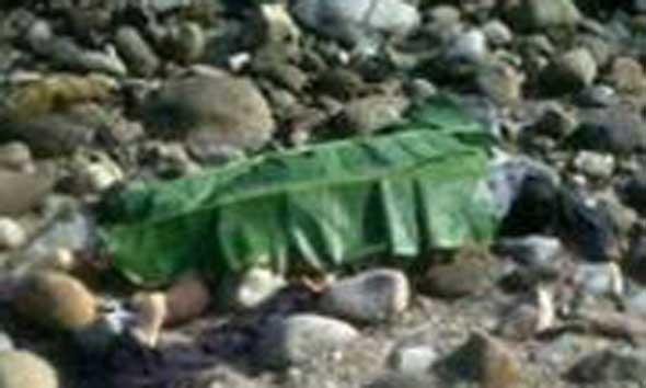Mayat perempuan ditemukan warga di tepi Pantai Jatisari, Jumat (5/12/2014) pagi. (Foto: Pujianto)