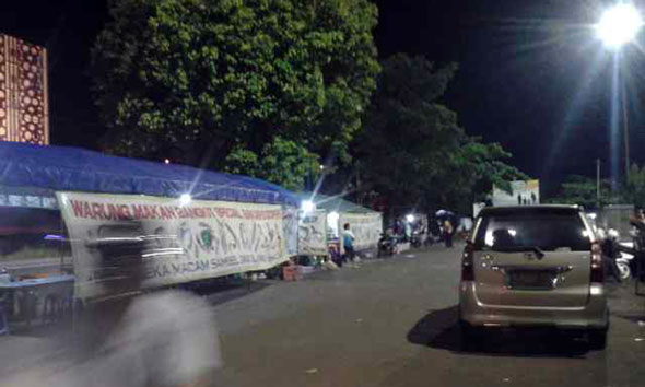 Lapak pedagang di sisi utara Alun-alun Rembang yang hendak ditertibkan namun gagal pada Senin (26/1/2015) malam. (Foto: Pujianto)