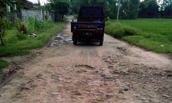 Warga Ingatkan Kerusakan Jalan di Ulang Tahun Rembang