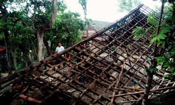 Tiga Luka dan Ratusan Rumah Rusak Diterjang Puting Beliung