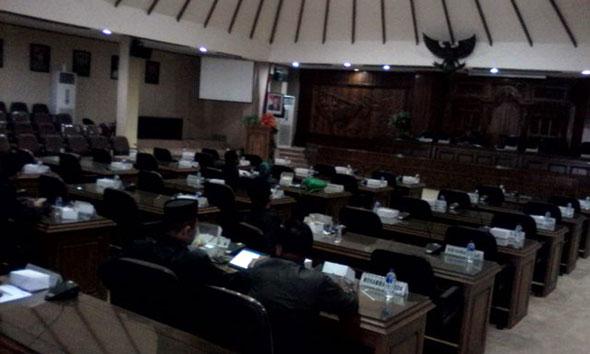Sidang paripurna DPRD Rembang kembali gagal kuorum, Senin (19/1/2015) siang. Hanya 11 dari 45 anggota legislatif yang hadir. (Foto: Pujianto)