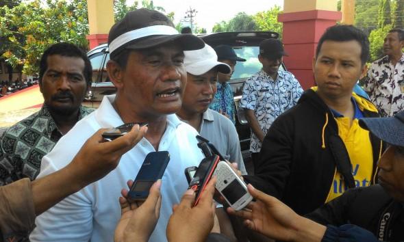 Suyoto, Ketua Paguyuban Nelayan Cantrang Dukuh Pabean Desa Tasikagung Kecamattan Rembang, saa memberikan keerangan kepada awak media, Rabu (28/01/2015). (Foto: Wahyu Salvana)