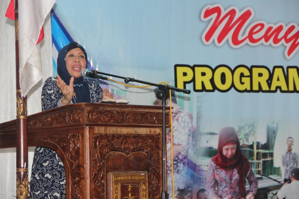 Direktur Bina Lini BKKBN Chamnah Wahyuni saat memberikan motivasi kepada ratusan petugas lini lapangan KB di Balai Kartini Rembang, 24 Februari 2015. (Foto: Pujianto)