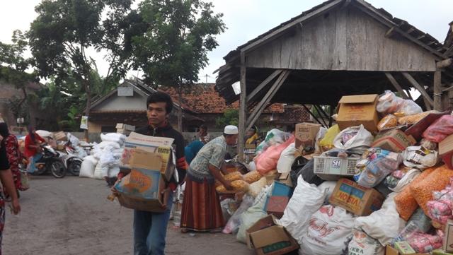 Sejumlah pedagang berusaha menyelamatkan barang dagangan, Minggu (22/2/2015) pagi. (Foto: Pujianto)