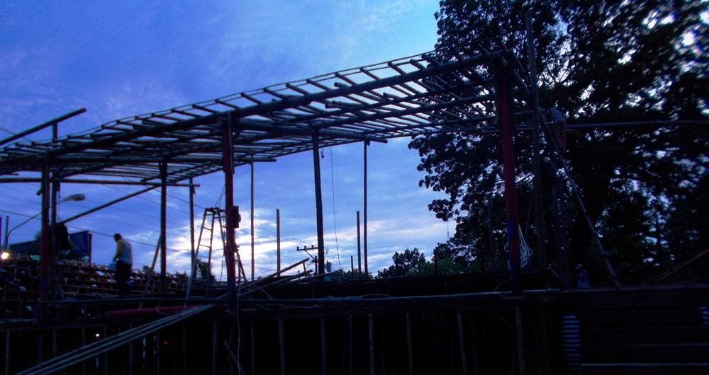 Bakal arena peragaan lumba-lumba di halaman Taman Rekreasi Pantai Kartini Rembang, Senin (16/2/2015) sore. (Foto: Pujianto)