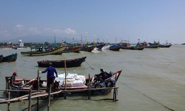 Perahu milik nelayan kecil di Perairan Laut Rembang. (Foto: Pujianto)