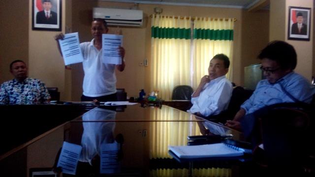 Ketua Tim Rekrutmen Calon Pegawai Non-PNS RSUD dr Soetrasno Rembang Abdullah Zawawi saat mengumumkan hasil seleksi akhir di Ruang Asisten III Sekda, Jumat (27/2/2015) pagi. (Foto: Pujianto)