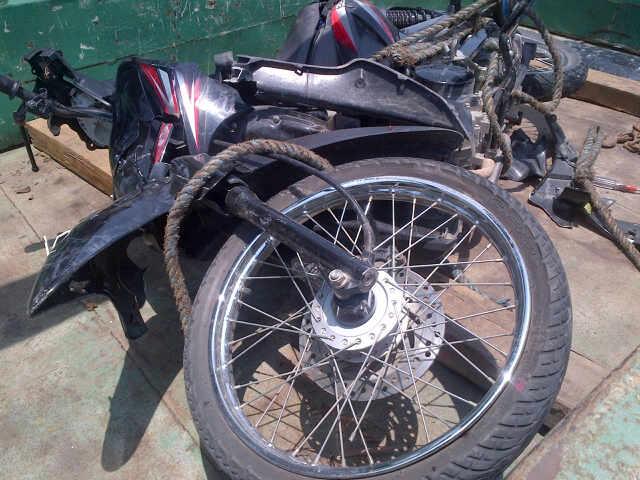 Sepeda motor yang dikendarai Sukran (45) warga Tegalmulyo Kecamatan Kragan saat dievakuasi ke Pos Polisi Lalu Lintas Lasem, Minggu (22/2/2015) siang. (Foto: Pujianto)