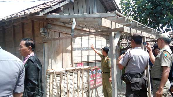 Sebanyak 26 warung remang-remang yang masih berdiri di sepanjang tepi Jalan Pantura wilayah Desa Sendangasri Kecamatan Lasem akhirnya dibongkar paksa tanpa perlawanan, Rabu (25/2/2015) pagi. (Foto:Pujianto)
