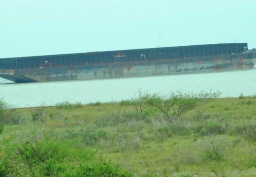Tiga Tongkang Kandas Dihantam Ombak Perairan Binangun