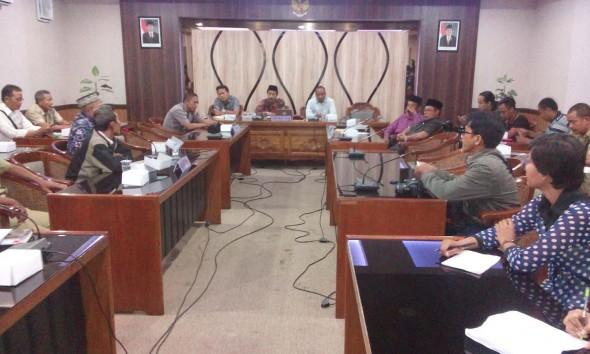 Komisi A Bujuk Warga Setujui Pabrik Beton