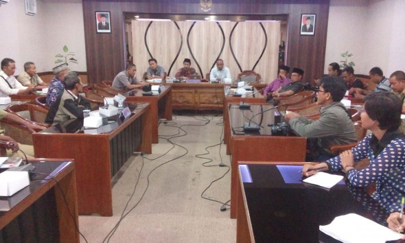 Warga Dusun Nyikaran Desa Kemadu Kecamatan Sulang ketika audiensi dengan Komisi A DPRD Rembang di Ruang Badan Anggaran, Senin (9/3/2015) pagi,. (Foto: Pujianto)