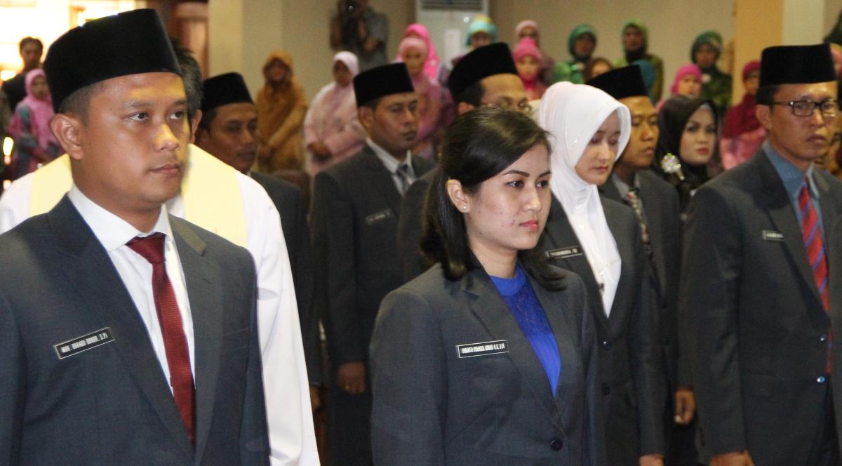 Bahaud Duror (kiri) saat dilantik menjadi anggota DPRD Rembang periode 2014-2019, 14 Agustus 2014. (Foto: mataairradio.com)