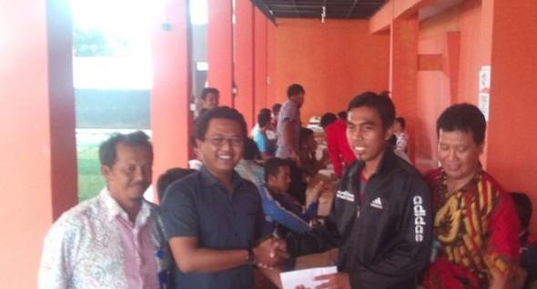 Finance Officer PSIR Syaiful Burhan (berkacamata) saat membayarkan gaji kepada kapten tim PSIR Heru Wibowo, Kamis (12/3/2015). (Foto: Pujianto)