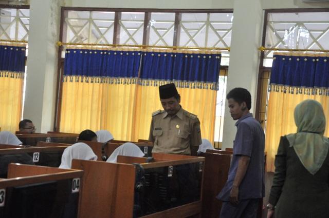 Bupati Rembang Abdul Hafidz saat memantau Ujian Nasional di SMK Negeri 1 Rembang, Senin (13/4/2015) pagi. (Foto: mataairradio.com).jpg