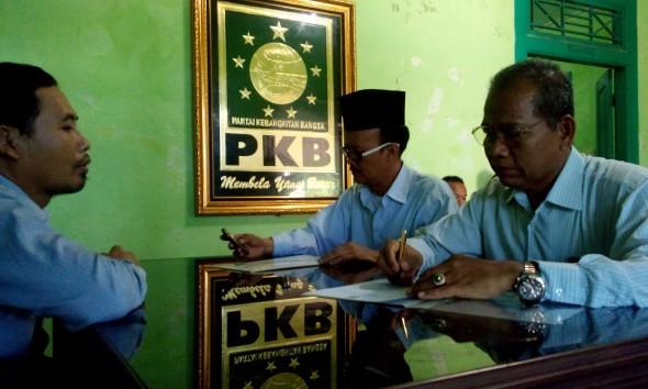 Atna Tukiman dan Sugeng Ibrahim saat mendaftar sebagai calon bupati dan wakil bupati Rembang dari Partai Kebangkitan Bangsa, Selasa (14/4/2015) siang. (Foto: Pujianto)