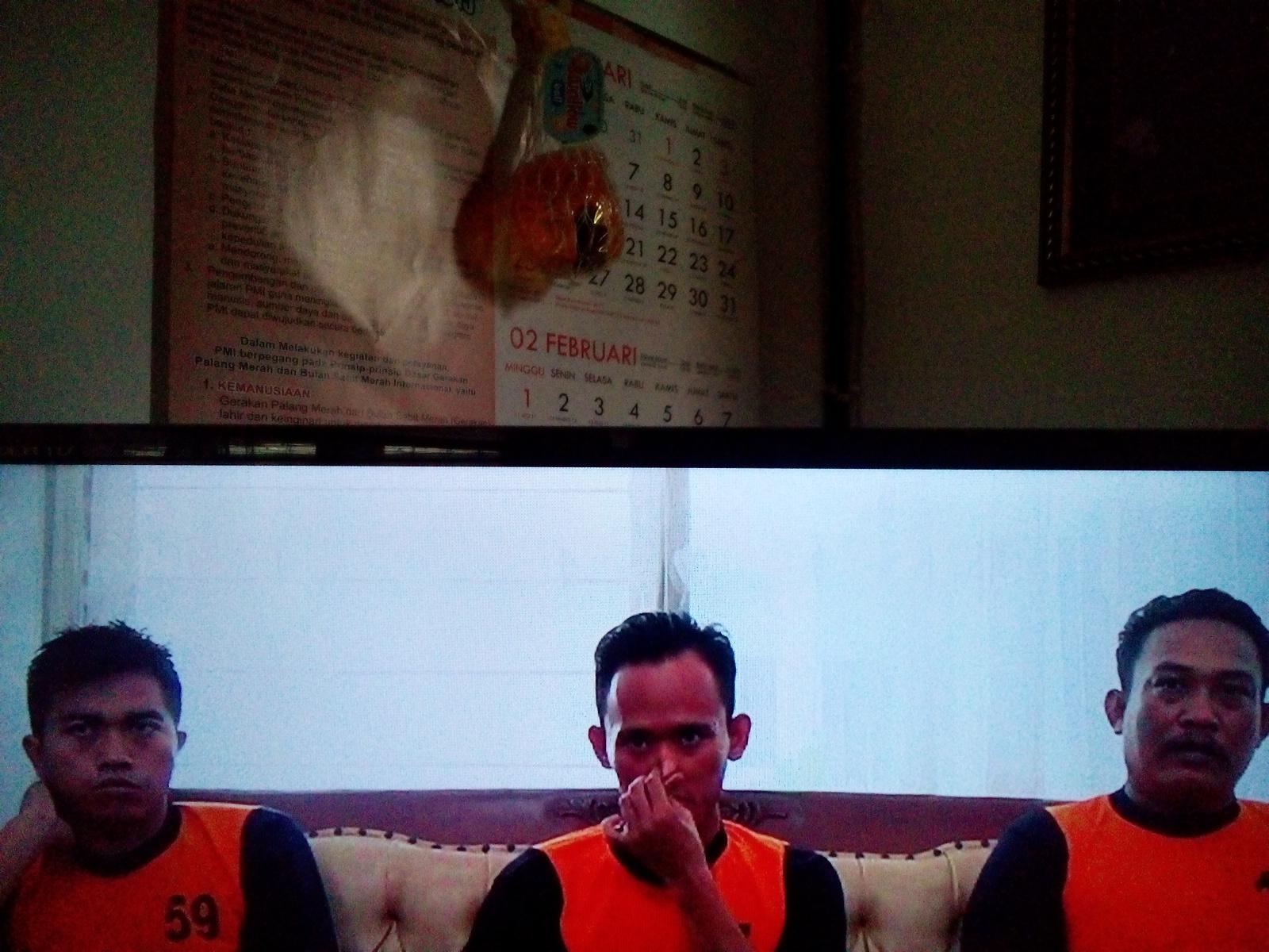 Tiga tersangka kasus dugaan korupsi dana hibah musala fiktif di Desa Bogorejo Kecamatan Sedan saat diperiksa di Kejaksaan Negeri Rembang. (Foto: Pujianto)