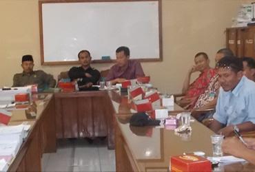 Mohammad Nur Hasan (depan kanan) saat memimpin rapat bersama para rekanan di Ruang Komisi C DPRD Rembang, baru-baru ini. (Foto: mataairradio.com)