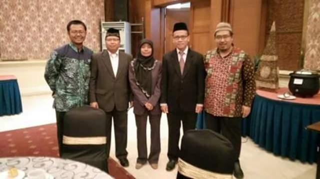 Anggota Panwaskab Rembang (mulai dua dari kiri) Eko Pulung Danudoro, Budi Handayani, dan Totok Suparyanto, berfoto bersama Komisioner KPU Rembang Adib Ulinnuha (paling kiri) dan Ketua DPRD Rembang Majid Kamil (paling kanan), seusai dilantik di Hotel Patra Jasa Semarang, Selasa 28 April 2015. (Foto: Facebook Eko Pulung)