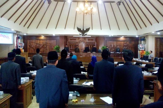 Sidang Paripurna Istimewa DPRD Rembang  dengan agenda pembacaan surat keputusan DPRD Rembang tentang rekomendasi atas LKPj Bupati akhir tahun anggaran 2014 dan akhir masa jabatan Bupati Rembang, Rabu (22/4/2015) siang. (Foto: Pujianto)