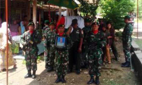 Jenazah Peltu Jayusman (51), anggota Koramil Gunem, warga Desa Sulang Kecamatan Sulang saat akan dimakamkan. (Foto:Pujianto)