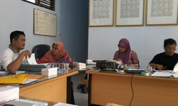 Komisioner KPU Rembang beserta Panwas Pilkada Rembang 2015 dalam sebuah pertemuan di kantor KPU Rembang. (Foto: Pujianto)