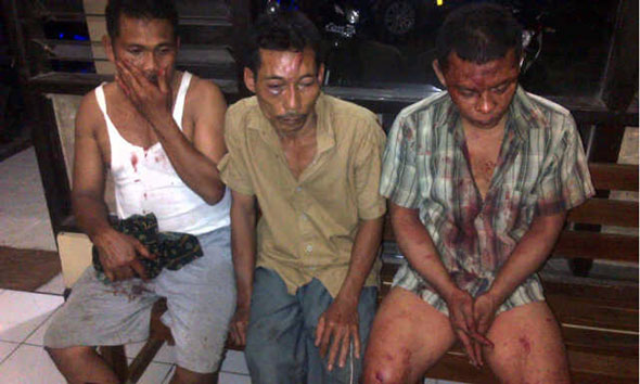 Kawanan maling diamuk massa di Desa Sudo Kecamatan Sulang setelah mencuri delapan tandan pisang milik warga, Rabu (27/5/2015) petang sekitar pukul 18.30 WIB. (Foto: Pujianto)